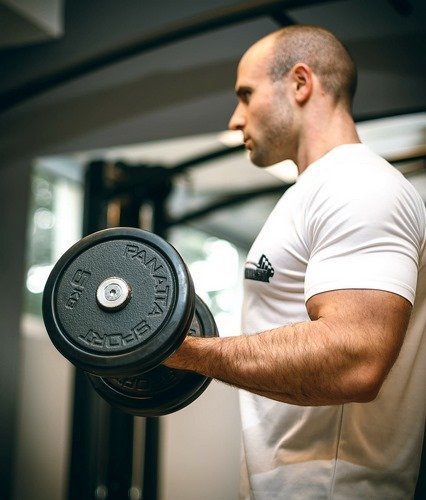 a man is doing dumbbell curls