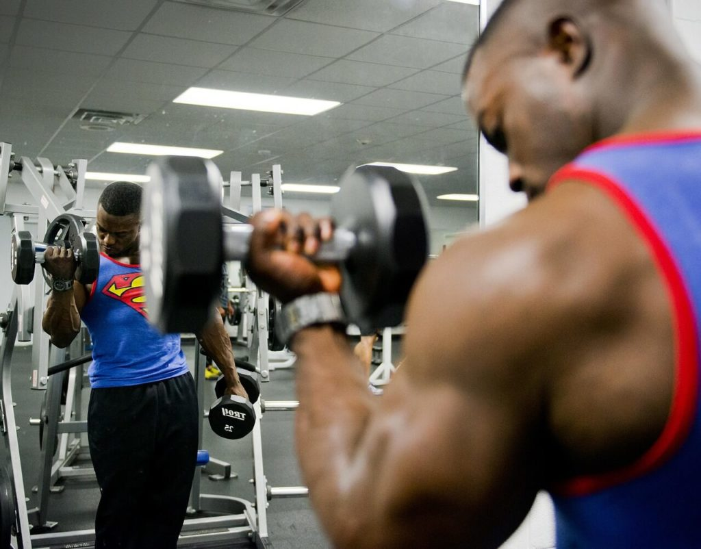 bodybuilder use dumbbells